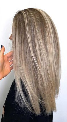 Best Hair Color Trends To Try In 2020 For A Change-Up Hair Color Ideas For Brunettes brownhair ChangeUp Color Hair Trends Blonde Hair Shades, Blonde Hair Looks, Blonde Hair With Highlights, Brown Blonde Hair, Black Hair, Blonde Hair Lowlights, Perfect Blonde Hair, Blonde Honey, Medium Blonde Hair