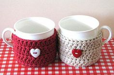 valentine mug cozy-crochet Crochet Coffee Cozy, Crochet Cozy, Crochet Amigurumi, Crochet Gifts, Mug Warmer, Crochet Kitchen, Mug Rugs, Crochet Projects, Crochet Patterns