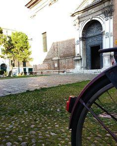 Temporary Admin@ciclifrignanilorenzo Continua il nostro tour itinerante #ferrara #comunediferrara #MyFerrara #igersferrara #Ig_ferrara #vivoferrara #volgoferrara #instafrara #delphiinternational #fotografandoferrara #passionebici  @Regrann from @comunediferrara -  Temporary Admin @ciclifrignanilorenzo  Siamo a metà del nostro percorso e pedalando arriviamo in via Borgovado . Parcheggiamo la bici per ammirare la bella facciata della Basilica di S.Maria in Vado . L'antica chiesa antecedente al…