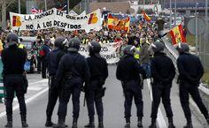 Funcionários da Iberia protestam nas imediações do aeroporto de Madri (Espanha) em dia de greve contra cortes
