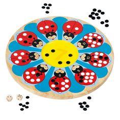 lieveheersbeestje  De lieveheersbeestjes hebben al hun stippen verloren. Help hen deze zo snel mogelijk terug te krijgen. Gooi de dobbelsteen en leg de stippen bij het juiste lieveheersbeestje. Wie als eerste geen stippen meer heeft, wint het spel.    Diameter speelbord: 35 cm.  Geschikt voor kinderen vanaf 6 jaar.