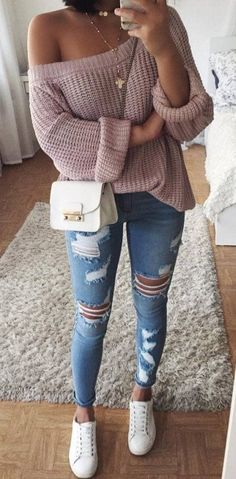 Trendiger One-Shoulder-Pullover mit Jeans und zerrissenen Jeans und Sneakers …… Trendy one-shoulder sweater with jeans and ripped jeans and sneakers … Sneakers Fashion Outfits, Mode Outfits, School Outfits, Casual Sneakers Outfit, Sneaker Outfits Women, Jeans Fashion, College Outfits, Dress Fashion, Fashion Clothes
