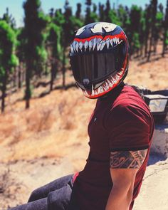 Who doesn't love graphic design on your helmet? Well if you are somebody who loves a bit extra, this helmet will definitely suit your personality. Motorcycle Helmet Design, Cruiser Motorcycle, Women Motorcycle, Truck Accessories, Motorcycle Accessories, Valentino Rossi Helmet, Honda Motorcycles, Vintage Motorcycles, Venom 2
