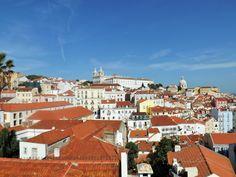 Vista sobre o bairro de Alfama desde o Miradouro das Portas do Sol, Lisboa, Portugal