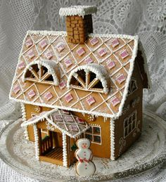 Piparkakkutalon kaavat ovat Piparkakkutalot (Norman & Grane) kirjasta.    Talo on 28cm pitkä ja 31 korkea. Katon koristelu on tehty ke... Cool Gingerbread Houses, Gingerbread House Designs, Gingerbread House Parties, Gingerbread Village, Christmas Gingerbread House, Christmas Sweets, Gingerbread Cookies, Christmas Feeling, All Things Christmas