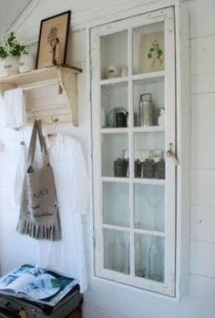 vitrinekastje gemaakt van een oud raam en enkele plankjes