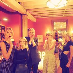 Only Taylor and Meredith are the only ones not looking at the camera! Lol Cute and Taylor has that simply unique look! Its Awesome! Taylor Swift Squad, Taylor Alison Swift, Taylor Swift Gigi Hadid, Martha Hunt, Taylor Swift Pictures, Karlie Kloss, Cara Delevingne, Her Music, Celebs