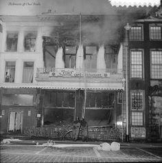 """Grote Markt. Het door brand verwoeste restaurant """"'t Zuid"""" op de Grote Markt. Bij een poging om een van zijn in het pand achtergebleven kinderen te redden, kwam de bewoner van het boven het restaurant gelegen woonhuis om het leven. Het kind kwam eveneens in de vlammen om.24-5-1967"""