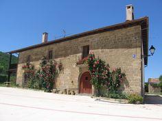 Casa en Abínzano con rosales en la fachada. www.lantxurda.com