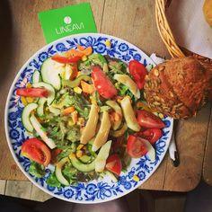 le #lundi, c'est #teamlunch ! Notre équipe se réunit autour d'une bonne table : #bonnehumeur, bonne #cuisine, les meilleurs collègues sont chez #LINEAVI ! #miam #régime #minceur #fresh #healthy #minceur #bonheur #travail #sante #salade #saison #frais #body