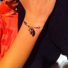 tatouage bracelet plume pendentif poignet femme