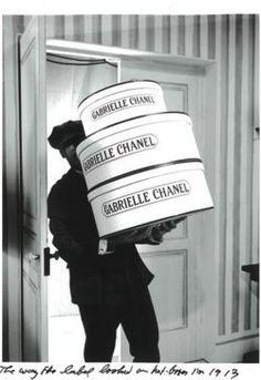 . Chanel Vintage, Vintage Couture, Vintage Air, Vintage Ideas, Vintage Photos, Coco Chanel Historia, Mademoiselle Coco Chanel, Gabrielle Bonheur Chanel, Mode Poster