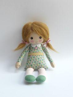 poupée de chiffon en robe fleurie verte poupée de chiffon par Lybo