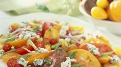 Der Edelschimmelkäse ist so schön würzig: Tomatensalat mit Gorgonzola und Zwiebeln | http://eatsmarter.de/rezepte/tomatensalat-mit-schimmelkaese-und-zwiebeln
