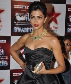 Beautiful necklace on Bollywood actress Deepika Padukone at the ITA Awards