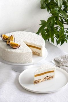 Entremets coco, mangue et passion - Essen Gesundes - Gesundes Essen - Rezepte Gesundes Low Calorie Desserts, No Calorie Foods, Köstliche Desserts, Low Calorie Recipes, Delicious Desserts, Fancy Desserts, Strawberry Desserts, Sweet Recipes, Cake Recipes