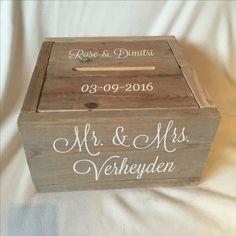 De enveloppendoos heeft een afmeting van 40x40x23 cm en is gemaakt van steigerhout. Deze versie is van gebruikt steigerhout en heeft gepersonaliseerde teksten. Willen jullie ook een eigen #enveloppendoos. Ze zijn te bestellen op www.belevenisopjebruiloft.nl #enveloppendoos #bruiloft #huwelijk #wedding #trouwen #trouwartikelen #trouwaccessoires #memorybox Wedding Boxes, Wedding Ideas, Wooden Boxes, 3d Printing, Prints, Wood Crates, Impression 3d, Wood Boxes, Wedding Ceremony Ideas