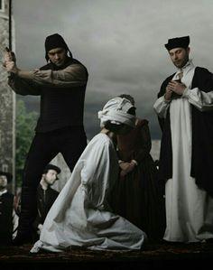 Anne Boleyn fue ejecutada dentro de las paredes de la Torre el 19 de mayo 1536 se le concedió un permiso especial para ser decapitado por un espadachin experto francés y está enterrado en la capilla.