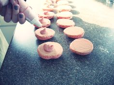 How to make French Macarons. Im so making these lol thanks to maggie for giving me the idea !