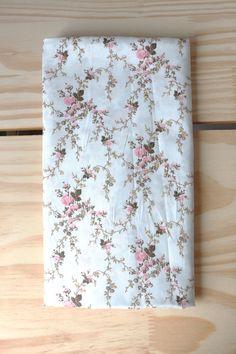 NA122 Tecido Flor Rosa pq fundo bco As cores dos produtos podem sofrer pequenas variações em função do monitor.