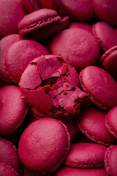 Check out for amazing pink macarons recipes and inspiration Fred Instagram, Story Instagram, Couleur Fuchsia, Magenta, Tumblr Food, Pink Foods, Food Wallpaper, Everything Pink, Pink Walls