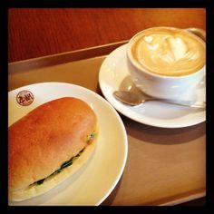 [ランチ*2012/04/23]    本日のランチ٩(o⚈ڡ⚈o)۶    ソフトコッペパンのサンドウィッチ (サーモン&クリームチーズ)    ☕カフェラテ (ラテアートのため...ほんとはブラックが良い) ¥730        @ZOKA COFFEE