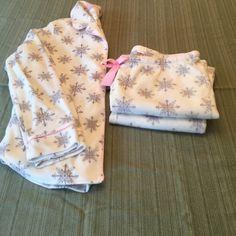 NWOT Nautica pajamas NWOT Nautica snowflake pajamas, super soft! Nautica Intimates & Sleepwear Pajamas