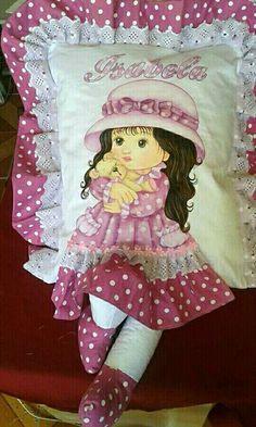 Cojín con muñeca pintada Hobbies And Crafts, Fun Crafts, Diy And Crafts, Fabric Dolls, Paper Dolls, Sewing Crafts, Sewing Projects, Sewing Pillows, Kids Pillows
