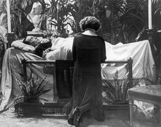 Eva Miller Kneels Before the Bier of Rudolph Valentino, Campbell's Funeral Parlor, NYC 1926 Rudolph Valentino, Vintage Hollywood, In Hollywood, Post Mortem, Horsemen Of The Apocalypse, Mary Pickford, Memorial Park, Silent Film, Memento Mori