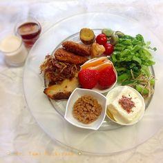 にしやま由美式ダイエットプレート (時計回りに食べる) 2014.3.17の朝プレートのご紹介をします。 今日は、野菜や植物性タンパク質を多めにして、お魚やお肉と最後に芋などビタミン、ミネラル、タンパク質、酵素などバランスを考えて作りました。 健康のために、油はサラダ油やゴマ油を使わず、オリーブオイルのみで料理しています。 大きめのプレートに食材を並べて、12時の位置から順番に食べます。 食べる順番を覚えると、外食をしても自然にそのようになりますよ。 いつも、最後に飲むオリジナルの西山酵素30mlと豆乳も添えてあります。 食材にアレルギーのある方は、ご注意くださいね。 クリニックでの仕事、子育て、家事を上手く工夫して両立しています。 主人もドクターですが、お酒を飲まないので真っ直ぐ家に帰り、家事や子育てにも積極的に協力してくれる優しい育メンです。 この食材の順番は、血糖値を急激に上げないので家族全員が健康になります。 毎朝、作ってアップします。 ダイエットプレート本も出版中です!!