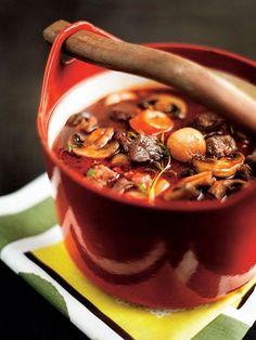 Ihana Burgundinpata :P Sitä parempaa mitä kauemmin pitää uunissa. Chowder Recipes, Soup Recipes, Healthy Recipes, Finnish Recipes, Good Food, Yummy Food, Yummy Yummy, Delish, Beef Bourguignon
