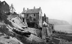Robin Hood's Bay, Robin Hood's Bay / Whitby (North Yorkshire, Angleterre). Vintage Pictures, Old Pictures, Old Photos, Robin Hoods Bay, Old Fisherman, Yorkshire Uk, Northern England, Fishing Villages, Fantasy Inspiration