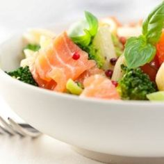 Salade de pâtes à l'avocat et au saumon fumé – Ingrédients de la recette : 300 g de pâtes comme des farfalles, 4 à 6 tranches de saumon fumé, suivant leur taille, 2 avocats, 1 citron non