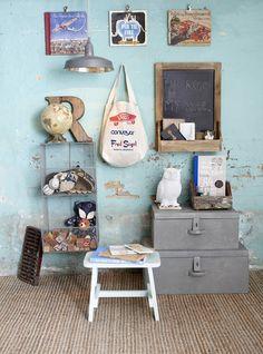 Kleuren : lichtblauw en grijs. Metalen elementen geven je kinderkamer een vintage uitstraling. Ook leuk en origineel: bevestig klemmen op de muur en klem hier je leukste kinderboeken en knuffels aan vast!