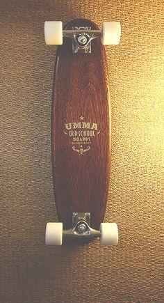 Skate de la vieja escuela inspirado en los años 50s y 60s donde las tablas eran fabricadas de una pieza maciza de madera. Es un skate ideal para pasear, muy maniobrable debido a su tamaño, el cual lo podés llevar a cualquier lado ya que ocupa muy poco lugar. El deck está fabricado 100% a mano!! Les dejo la info técnica:  . Deck de roble macizo . Largo = 70 cm . Ancho = 18 cm . Espesor = 2,5 cm . Trucks = 125 mm . Ruedas = 58/45/78A color blancas  Cualquier inquietud no dudes en contactarte…