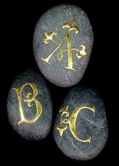 ✍ Sensual Calligraphy Scripts ✍ initials, typography styles and calligraphic art - Illuminated letters on stones - Raised gold (gesso) on river pebbles. Pebble Painting, Pebble Art, Stone Painting, Rock Painting, Stone Crafts, Rock Crafts, Art Pierre, Calligraphy Letters, Illuminated Letters