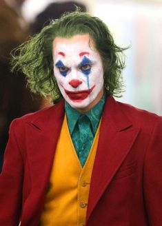Joaquin Phoenix smokes and struts through the subway dressed in full Joker costume The actor is shooting a spin-off movie about the famous Batman villain which is set for release in 2019 Joker Batman, Der Joker, Joker And Harley Quinn, Gotham Batman, Batman Art, Batman Robin, Joaquin Phoenix, Joker Poster, Joker Iphone Wallpaper