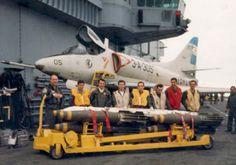 A4 en el portaaviones 25 de Mayo Military Jets, Military Aircraft, Falklands War, Aviation Industry, Jet Engine, Flight Deck, United States Navy, Aircraft Carrier, War Machine