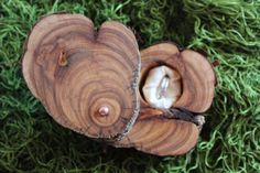 Een prachtig houten doosje om de ringen in te bewaren: Rustic Ring Box Ring Holder Ring Bearer by MountainUrsusDesigns, $23.00