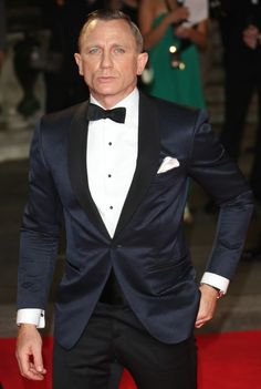 Daniel Craig at the Skyfall premiere. Swaps out the standard black tuxedo jacket for a shawl neck navy jacquard jacket. That's just amazing. Daniel Craig, James Bond Tuxedo, Black Tuxedo Jacket, Black Tie Attire, Navy Tuxedos, Dinner Suit, Savile Row, Suit Fashion, Fashion Fashion