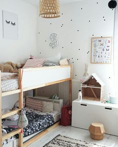 Almalle & Metelle: sänky, reput, Stuva säilytyslaatikko, lattia.