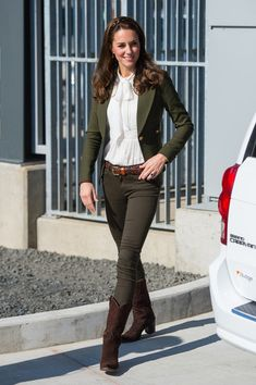 Kate Middleton style: All of her royal tour outfits in Canada - Day 7 On island of of Haida Gwaii, British Columbia, Kate looked effortlessly stylish wearing a mix - Kate Middleton Outfits, Casual Kate Middleton, Looks Kate Middleton, Smythe Blazer, Styles Courts, Mode Cool, Look Star, Herzog, Royal Fashion