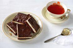 Kdo by neznal Míša řezy! Krásný kontrast mezi čokoládovým piškotem a bílým tvarohovým krémem, politým vrstvičkou čokolády. Slast a nebe vhubě, často jeden kousek nestačí. Na internetu vpodstatě běhá jeden recept na domácí Míša řezy. Není na něm žádná věda, připraví se tmavý piškot na plech, po zchladnutí se na něj rozetře krém ztvarohu a másla a celá ta paráda se přelije čokoládovou polevou. Podle tohoto receptu jsem postupovala i já. Co jsou Míša řezy? Míša řezy jsou oblíbený dezert. Jsou tvoř Chocolate Fondue, Sweet, Desserts, Food, Apple Tea Cake, Yummy Food, Candy, Tailgate Desserts, Deserts