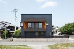 Das ist doch mal ein richtig cooles kleines Haus. Super stylish und modern und gleichzeitig total gemütlich. Da könnte ich direkt einziehen. Es steht in einer eher ländlichen Gegend in Shiga in Japan, hat 100 Quadratmeter Wohnfläche und wurde vom ALTS Desi