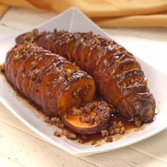If you're a fan of sweet potatoes (I sure am!) and you like them dripping with delicious goodness, you're going to fall in love with this recipe. It's called Hasselback Maple Pecan Sweet Potatoes. Baked Sweet Potato Slices, Sweet Potato Pecan, Sweet Potato Recipes, Baked Potato, Batatas Hasselback, Hasselback Sweet Potatoes, Side Dish Recipes, Vegetable Recipes, Chefs
