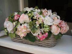 Ideas For Basket Flower Arrangements Roses Basket Flower Arrangements, Rose Arrangements, Table Flowers, Lavender Centerpieces, Floral Centerpieces, Centrepieces, Vides, Ball Decorations, Spring Design