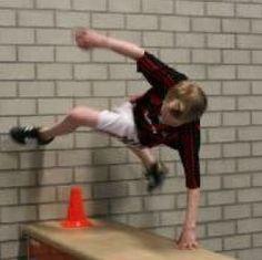 Freerunning: gegarandeerd succes in de gymles Gross Motor Activities, Gross Motor Skills, Book Activities, Parkour, School Bo, Crossfit Kids, Pe Lessons, Cardio Kickboxing, Teacher Tools