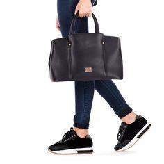 Bolso de mujer en negro con tres bolsillos pequeños y uno más grande internos. Un bolsillo pequeño exterior. Cierre con cremallera.36x30cm. Corte en sintético y forro en tejido. Marcarás estilo con este bolso tan ideal