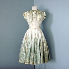 I love this style of dresses. 1950s dresses are the best.