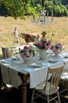 Farm al fresco. love the cow in the field. Estilo Country, Down On The Farm, Al Fresco Dining, Outdoor Entertaining, Country Life, Country Dinner, French Country, Country Picnic, Country Breakfast
